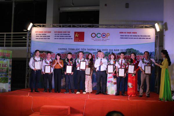 Trao-chung-nhan-OCOP-2019-ruoubakich