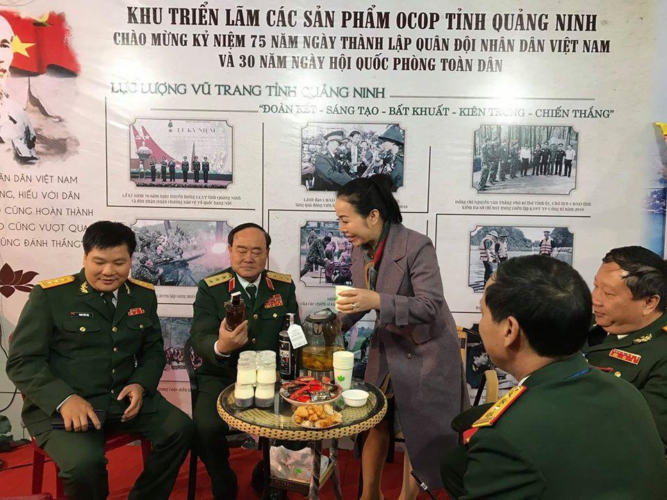 Thượng tướng Trần Đơn thăm gian hàng rượu ba kích