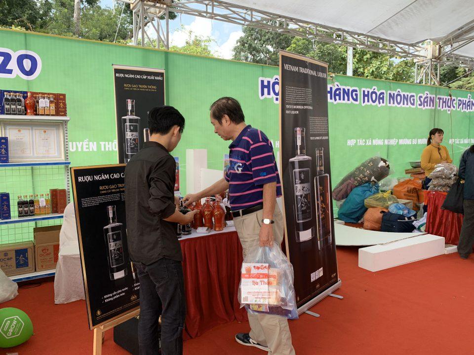 Khách thử rượu ba kích Yên Tử tại hội chợ Tết Canh Tý 2020