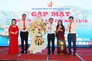 Đồng chí Cao Tường Huy, Phó Chủ tịch Thường trực UBND tỉnh tặng hoa chúc mừng Hội Doanh nhân trẻ Quảng Ninh.